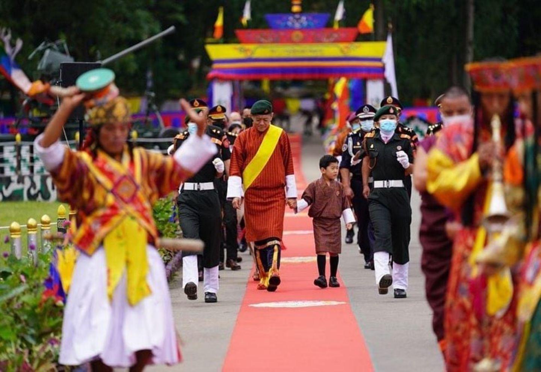 König JigmeundSohnJigme Namgyel Wangchuck auf dem roten Teppich