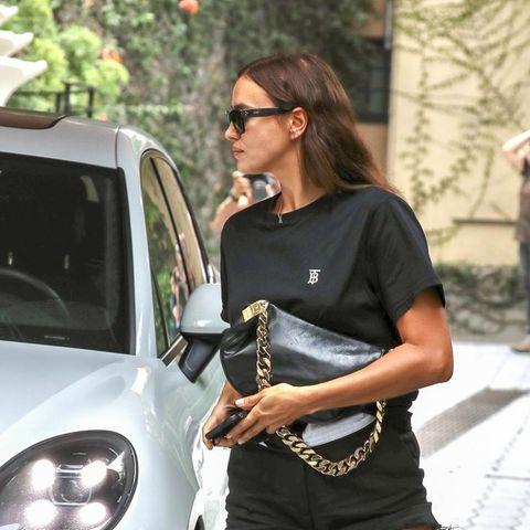 Ein Streetstyle-Look, wie er im Buche steht: Irina Shayk kombiniert hier schwarzes Basic-Shirt, Jeans-Shorts und Ledertasche. Auchwenn dieses Outfit eigentlich super simpel ist, sieht es an ihr einfach gut aus. Wer einen Blick auf ihre Füße wirft, der wird allerdings schnell etwas finden, das sicher die Meinungen spaltet: Sie trägt hochgezogene Socken in ihren Loafern. Definitiv Geschmacksache, aber zu ihrem Outfit passt es hervorragend.