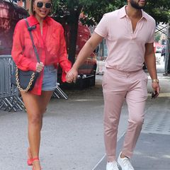 Dieses aktuelles Foto von Chrissy Teigen und John Legend zeigt nicht nur, wie modisch die beiden sind, sondern auch, dass Chrissy eine optische Veränderung gewagt hat: Sie trägt jetzt einen geraden Bob. Sofort fällt auf: Die stylische Frisur lässt sie sofort jünger und frischer aussehen.