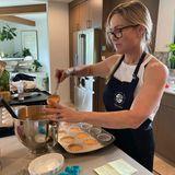 """In ihrer Küche stellt Jennie Garth ihr großes Backtalent unter Beweis. Ein Foto zeigt sie beim Befüllen von Muffinförmchen – und das ist nicht die einzige Nascherei, die die Schauspielerin an diesem Tag zubereitet. """"Heute ist ein vier Kuchen, zwei duzend Muffins und eine TorteTag"""", kommentiert Jennie Garth das Bild. Für das große Backen hat sie in ihrer geräumigen Küche auch jede Menge Platz. Die schlichten Schrankfronten bringen Ruhe in den Raum. Im Hintergrund des Fotos ist ihr Esszimmer zu sehen, das dank der vielen grünen Pflanzen für Dschungel-Feeling zu Hause sorgt."""