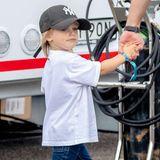 Prinz Gabriel darf seinen Papa und seinen älteren Bruder ebenfalls zur Motorsport-Rennstrecke Gelleraasen Arena im schwedischen Värmland begleiten. Sein stylisches Outfit passt perfekt zu dem sportlichen Anlass. Aufgeregt erkundet auch er das Treiben rund um denMotorsport-Zirkus.