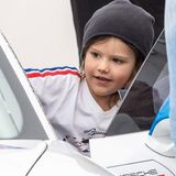 Auch das Probesitzen in einem Rennwagen ist für den ältesten Sohn von Prinz Carl Philip und Prinzessin Sofia an diesem Tag drin.