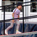 20. August 2021  Mit einem verschmitzten Lächeln im Gesicht und stylisch gekleidet, wird Prinz Alexander beim Porsche Carrera Cup in Schweden abgelichtet. Der Fünfjährige begleitet seinen Papa Prinz Carl Philip auf die Rennstrecke und erkundet das Gelände um die Boxengasse.