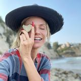 """Heidi Klum verrät ihren Fans eine ungewöhnliche Sammelleidenschaft: Sie ist völlig vernarrt darin, herzförmige Steine zu sammeln. """"Ich habe schon gefühlt 1.000 solcher Herzstücke zu Hause"""", schreibt das Model auf Instagram."""