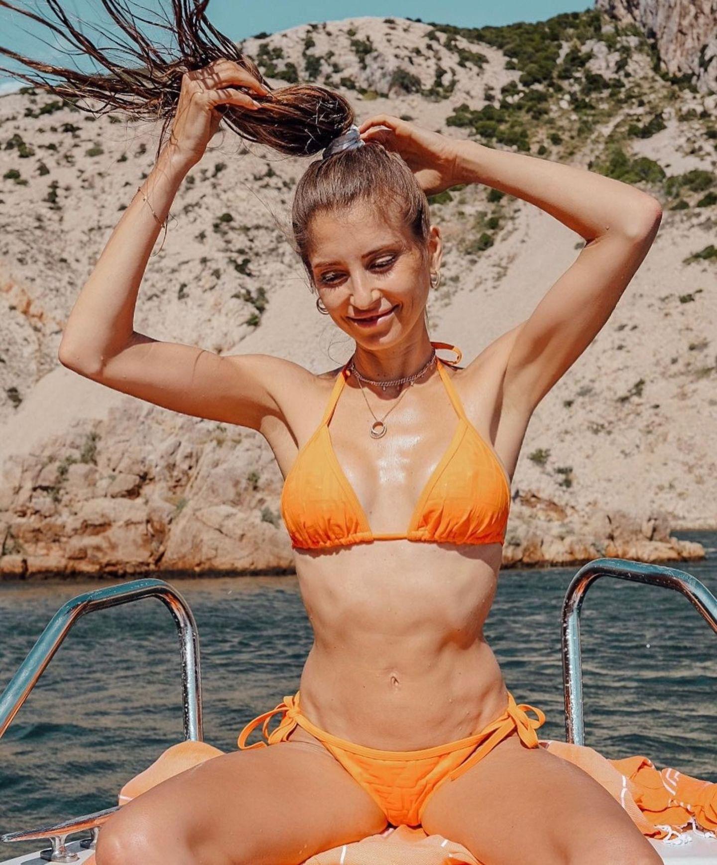 """Cathy Hummels genießt die Zeit im sonnigen Kroatien. Während eines Bootsausflugs sendet sie nicht nur Urlaubsgrüße an ihre Fans, sondern wendet sich mit persönlichen Worten an sie: """"Mein Lieblingswort ist: Lebensfreude. Hatte ich lange nicht, aber da ist die wieder."""""""