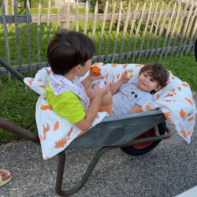 Sila Sahin und Kinder in der Schubkarre