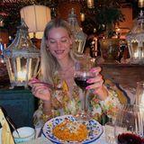 Ein himmlisches Dinner, das mit einem Erinnerungsfoto festgehalten werden muss, genießt Mandy Bork. Mit einem Teller Pasta vor sich und einem Glas Rotwein in der Hand scheint das Model wunschlos glücklich zu sein. Kerzenschein, Mondlicht und Sterngefunkel lassen das Dinner zusätzlich in einem besonderen Licht erstrahlen.