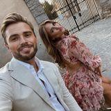Viel besser scheinen sich dagegen Johannes Haller und Jessica Paszka abgesprochen zu haben. Sie sind zu Gast beider Hochzeit von Kim Gloss in Rom. Jessica trägt ein roséfarbenes Minikleid mit Blumen und Johannes einen eleganten cremefarbenen Anzug. Beide Outfits harmonieren perfekt miteinander.