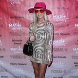 Auf dem roten Teppich derVisual-O Exhibition in Los Angeles zeigt sich American-Pie-Schauspielerin Tara Reid in einem sehr interessanten Look. Das kurze Paillettenkleid kombiniert sie zu glitzernden Sneakern und einem pinken Hut. Und als ob das nicht schon genug wäre, trägt sie dazu auch noch eine Herzchen-Sonnenbrille. Das war wohl ein bisschen zu viel von allem.