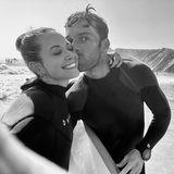 """Dank seiner Unterstützung schwingt sie sich erstmals erfolgreich aufs Surfboard: Ganz aufgeregt berichtet Mandy Capristo ihren Fans von dem besonderen Tag und ihren neuen Surferfahrungen. """"Meinen süßen Lehrer habe ich heute mächtig stolz gemacht"""", schwärmt die Sängerin auf Instagram. Gemeint ist natürlich ihr Freund – für ihre Follower auf dem süßen Erinnerungsfoto samt Belohnungskusszu sehen."""