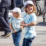 Auch am zweiten Tag desPorsche Carrera Cups zeigen sich Prinz Alexander und Prinz Gabriel in coolen Outfits: Mit Jeans, Shirt und Sneaker lässt es sich einfach am besten rumtoben. Besonders Prinz Alexander begeistert im Batik-Shirt, dasdiesen Sommer total im Trend liegt.