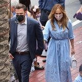 """Die neusten Bilder von Jennifer Lopez und Ben Affleck sehen wieder verdächtig nach Date Night aus!Der einzige Unterschied: Die Kinder sind mit im Schlepptau. Denn die neue """"Patschwork-Familie"""" besucht zusammen eine Zaubershow im """"Magic Castle"""" in Los Angeles. Dafür wirftsich J Loin Schale und trägt ein blauesBlusenkleid mit Lochspitzeund weißer Handtasche. Und Benn ziehtglatt nach und zeigt sich sogar im Anzug. Hand in Hand beweisen sie:Magie ist bei diesemAusflugwohl nicht das Einzige, das in der Luft liegt."""