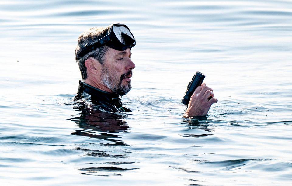 """23. August 2021  Auch heute ist Prinz Frederik wieder unterwegs auf hoher See. Für das5. Thunfisch-Markierungsprojekts der """"DTU Aqua"""" springt der Prinz in dänische Gewässer, um die Unterwasserwelt zu erkunden und die großen Fische aus nächster Nähe zu sichten."""