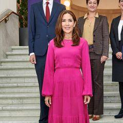 Prinzessin Mary scheint momentan eine ganz bestimmte Fashion-Devise zu haben. Denn bereits zum dritten Mal in Folge wählt die 49-Jährige einfarbige Outfits in Knallfarben. Nach Royal-Blau und Rot, setzt die Vierfach-Mamabei der Verleihung der Forschungspreise EliteForsk 2021 in Kopenhagen jetzt auf ein leuchtendesPink. Das Midi-Kleid mit leichten Ballonärmeln und tailliertem Schnitt stammt von dem Labelno.21studios. Ergänzt wird der Look durch Gold-Schmuck von Dulong Fine Jewelry und cremefarbenen Pumps von Prada.
