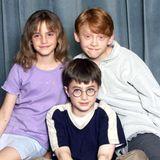 """Als der erste """"Harry Potter""""-Film 2000 in die Kinos kam, wurden Emma Watson, Daniel Radcliffe und Rupert Grint schlagartig zu Berühmtheiten. Vor allem der damals 13-jährige Rotschopf Rupert Grint wurde mit seiner Rolle als """"Ron Weasley"""" zum Liebling der Fans. Auch 20 Jahre später ist er seiner auffälligen Haarfarbe und seinesverschmitzten Lächelns treu geblieben ..."""