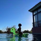 Georgina Rodriguez auf Luftmatratzen-Schildkröte