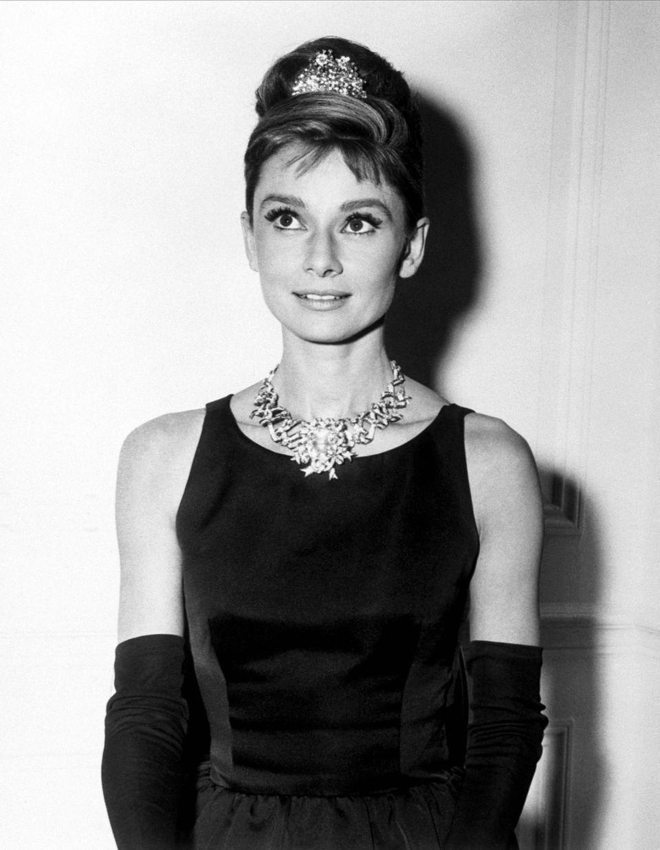 Audrey Hepburn trägt den Tiffany-Diamant.