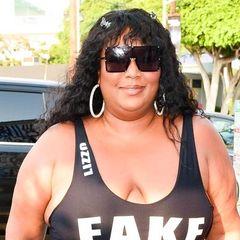 """Lizzo ist selbstbewusst, humorvoll und hält mit ihrer Meinung nicht hinterm Berg. Das beweistihrneustes Mottoshirt einmal mehr. Darauf steht in Großbuchstaben""""Fake Boobs"""" (z.Dt. """"falsche Brüste""""). Die Sängerin macht sich auf ihrem Instagram-Account immer wieder für Körperakzeptanz anstatt Körperoptimierung stark, weshalb sie mit Hilfe von Ironie hier ein klares Statement setzt."""