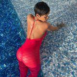 """Gewöhnlich? Nicht mit Rihanna! Selten sieht man die Designerin in 0815-Kleidung. Selbst im Pool scheint ein normaler Bikini zu langweilig. So zeigt sich die Sängerin auf dem Instagram-Account ihres Labels """"Savage X Fenty"""" im pinkfarbenenCatsuit mit tiefem Rückenausschnitt. Sie selbst schreibt dazu: """"Subtiler Sommer? Kennen wir nicht ..."""""""