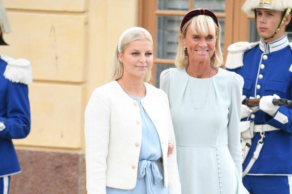 Schwedische Royals: Prinzessin Sofias Nanny Rebecca Berg mitSofiasStylistin Lotta Carlsen bei der Taufe von Prinz Julian