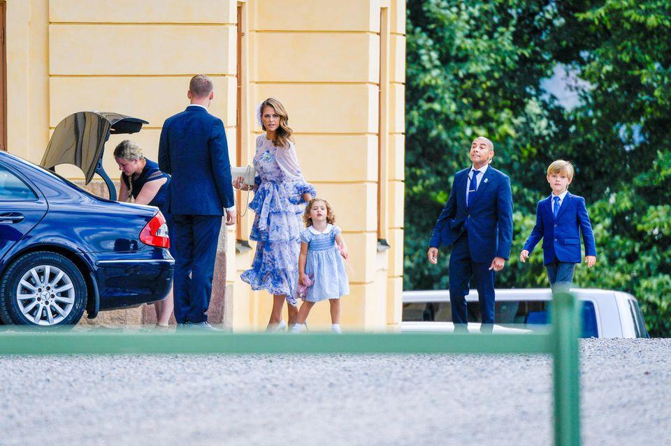 Prinzessin Madeleine mit ihrer Familie und der Nanny