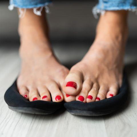 Damenfüße mit Fußgeruch