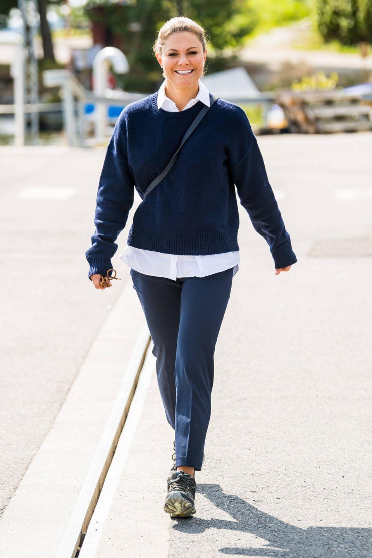 Prinzessin Victoriastrahlt in die Kamera. Auch wenn es auf denersten Blick nicht so scheint, beweist siemit ihremlässigen Lookdennoch Stilsicherheit. So wählt die 44-Jährige fürdie Erkundungder Feuchtbiotope auf den Inseln Alö und Utö die zum Anlass passende Kleidung – nämlich Jeans und Wanderschuhe der Outdoor-Marke Merrell.Eine schicke Note verleiht sie ihrem Outfit, indem sie unter ihremblauen Pullover eine hübsche Bluse trägt. So kann die königlicheEntdeckungstour losgehen!