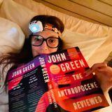 Bücher der Stars: Drew Barrymore liest Buch mit Stirnlampe