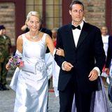 Am Vorabend ihrer Hochzeit empfingen Mette-Marit und Haakon dann einige Gäste auf Schloss Akershus zu einem Galadinner. Die Braut in spe entschied sich damals für ein zartblaues Satindress mit farbig passendem Bolero und Blumenapplikation. Die Clutch in selbigem Blauton fügte sich harmonisch ins Bild.