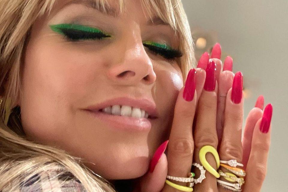 Heidi Klum ist bekannt für auffällige Beauty-Looks. Gerne trägt das Topmodel aufwendige Smokey-Eyes oder einen breiten Eyeliner. Mit ihrer Farbwahl wagt Heidi dieses Mal jedoch etwas Neues und enttäuscht nicht: Ihr Make-up ist zwar extravagant und knallig, aber dennoch stylisch.