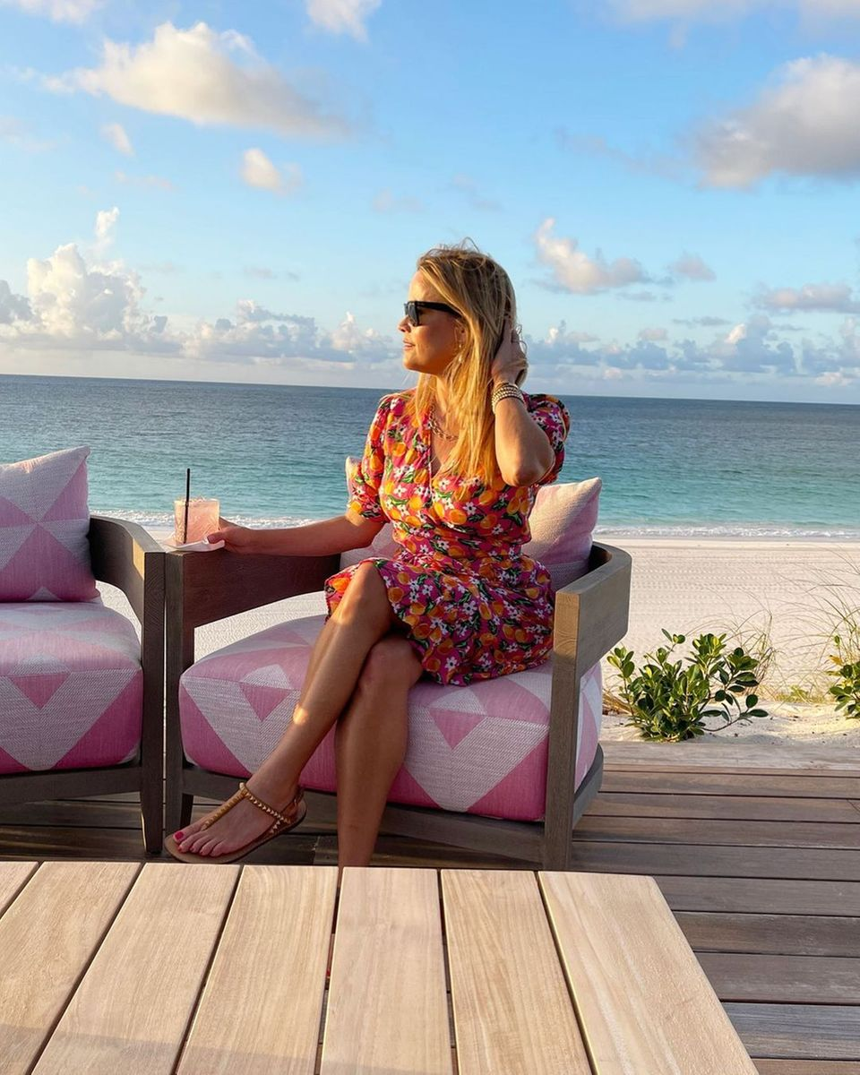 Happy Hour: Reese Witherspoon mit Drink am Strand