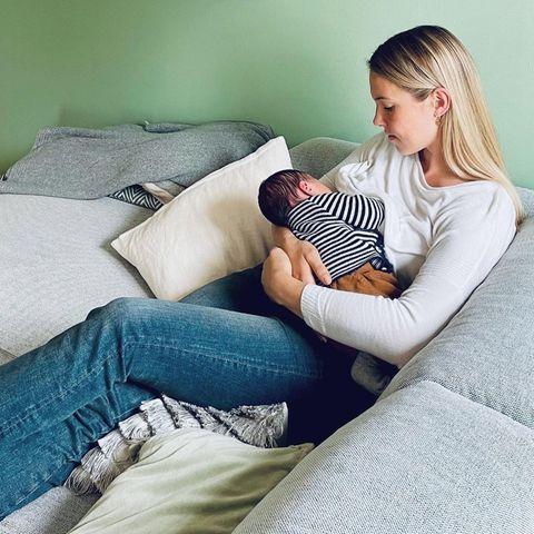 Stillende Stars: Svenja Holtmann stillt ihr Baby