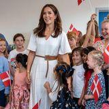 """25. August 2021  Kronprinzessin Mary ist heute in Dänemark bei der Eröffnung der """"Lolland International School"""" in Maribo zu Gast. Besonders die jungen Schülerinnen können ihre Augen beim posieren für das Gruppenfoto nicht von der Prinzessin lassen und sind begeistert über ihren Besuch. Über so einen herzlichen Empfang freut sich Mary natürlich sehr."""