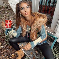 Cathy, was ist denn mit dir passiert? Sohat man Cathy Hummels wohl noch nie gesehen. Vor allem in letzter Zeit präsentiert sich die Moderatorin auffällig sexy und durchgestylt. Sie also mit schrägem Make-up, fragwürdigem Outfit und Zigarette in der Hand zu sehen, sorgt für Verwirrung im Netz. Cathy hat jedoch direkt eine Erklärung parat. Ihr Look ist Teil einer neuen Schauspielrolle, erzählt sie auf Instagram.