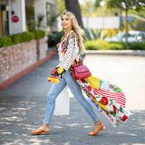 Heidi Klum liebt es, mitFormen und Farben zu experimentieren. Immer neue Trends werden ausprobiert.Doch seit einiger Zeit ist es vor allemder Boho-Stil, der sich bei ihr festgesetzt hat. Auch die60er-Jahre Curtain-Bangs verleihen ihrem Aussehen den charmanten Hippie-Vibe. Der bunte Patchwork-Kaftan und die süßen Slingback Pumps, beidesvon Dolce & Gabbana, erledigen dabei denRest. Damit der Look nicht zu überladen wirkt, kombiniert Heidi eine schlichte helle Denim-Hose und ein weißes Top.