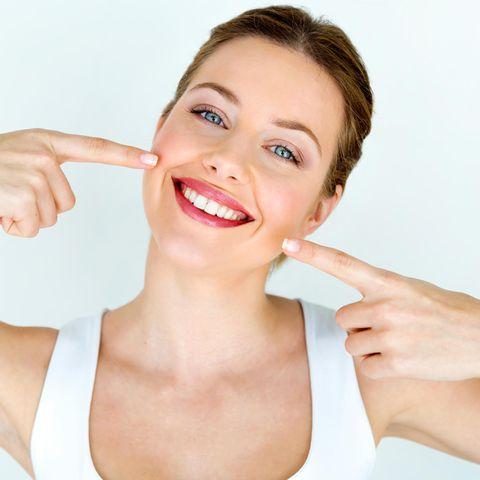 Lächelnde Frau mit schönen Zähnen, weiße Zähne