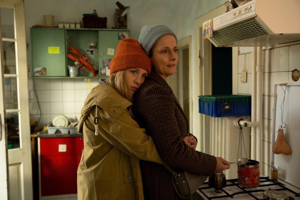 Beim Auszug ihrer Tochter Lisa (Lena Klenke) wird Schaufensterdekorateurin Tanja (Claudia Michelsen) bewusst, dass das Leben an ihr vorbeigerannt ist