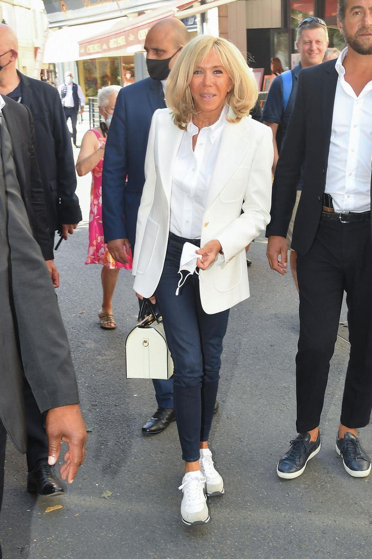 Brigitte Macron weiß, wie man dieperfekte Mischung aus elegant und leger gekonnt umsetzt. Wie so viele Französinnen hat auch die Première Dame die typischeLässigkeit in ihren Looks perfektioniert. So erschien sie im weißen Blazer,weißer Bluse, cooler Jeans und farblich abgestimmtenSneaker. Für das gewisse Etwas sorgteine elegante Tasche mit schwarzen Henkeln und Gold-Applikationen, die zuden Blazer-Knöpfen hervorragendpassen. Très chic!