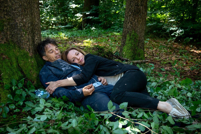 """""""Sturm der Liebe"""": Ariane (Viola Wedekind, r.) schmiegt sich an Robert (Lorenzo Patané, l.), während dieser schläft."""