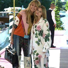 """... wird Patchwork-Jeanshose zumSatin-Zweiteiler im Pyjama-Look und Rosen-Print getragen. Das Motto """"Hauptsache bunt"""" ist diesmal bei Heidi Klum und Leni Klum nicht ganz aufgegangen."""