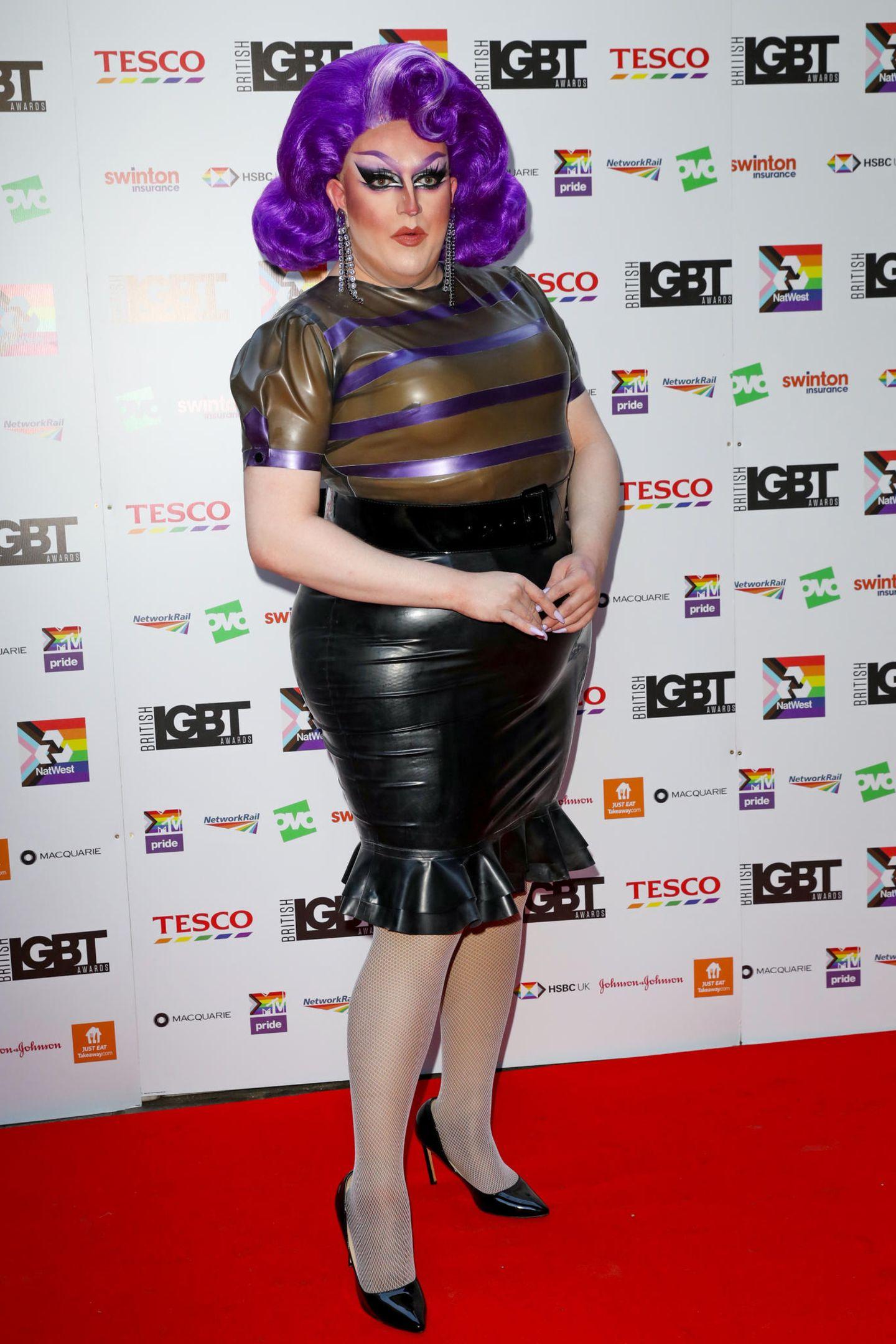 """Lawrence Chaney ist in der LGBTQI+-Community eineGröße. Nach seinemGewinn der zweiten Staffel von """"RuPaul's Drag Race UK"""" kann er sich über internationale Bekanntheit freuen. Auf dem Red Carpet bei den """"British LGBT Awards 2021"""" zieht er ihm engen Latex-Outfit alle Blicke auf sich."""