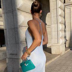 Zum hellblauen Sommerkleid präsentiert Ann-Kathrin Götze einen weiteren Taschen-Klassiker in Miniatur-Ausgabe: die Kelly Bag von Hermès. Die kleinen Taschen sind zwar nicht praktisch, wirken durch ihre Größe aber umso filigraner und eleganter.