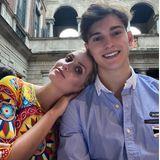 """Familientreff in Italien.Kitty Spencer verbringt in Mailand Zeit mit ihrem BruderSamuel Aitken und lehnt sich liebevoll an seine Schulter. Kitty freut sich sehr über das Wiedersehen und schreibt auf Instagram """"Ich liebe meinen Bruder"""", umrahmt von vielen bunten Herzen. So schön kann Geschwisterliebe sein."""