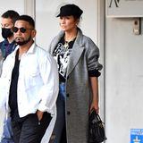 Jennifer Lopez reist ebenfalls nach Venedig, um bei der großen Promi-Sause mit dabei zu sein. Bereits ihr Airport-Look ist Luxus pur: Shirtvon Dolce & Gabbana, die Schirmmütze von Dior, Tasche von Hermès und die Stiefel mit XL-Absatz vonAlaïa.