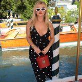 Polka-Dot-Kleider sind in Venedig gerade richtig angesagt. Erst zeigt sich Lady Kitty Spencer in dem Fashion-Klassiker, dann präsentiert sich Sängerin Bebe Rexha in dem Punkte-Dress auf dem roten Teppich. Rote Lippen und Retro-Brille geben dem Look den alten Hollywood-Charme.