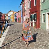 Kate Bosworth verschmilzt mit ihrem farbenfrohen Kleid von Dolce & Gabbana mit den Häusern von Venedig.