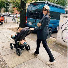 Lifestyle von Marie Nasemann: Marie mit Kinderwagen unterwegs