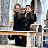 Zoe Saldana und ihr Mann Marco Perego gehören zu den Style-Couples aus Hollywood, und das stellen sie im schwarzen Partnerlook mal wieder unter Beweis.