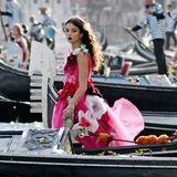 Auch Star-Nachwuchs Deva Cassel, Tochter von Monica Bellucci und Vincent Cassel,schwebt im blumigen D&G-Dress wie eine Prinzessin über den Canal Grande hin zur Piazza San Marco.