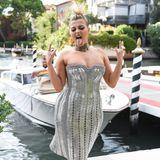 Popstar Beb Rexha mag's im knappen Metallic-Look punkig.